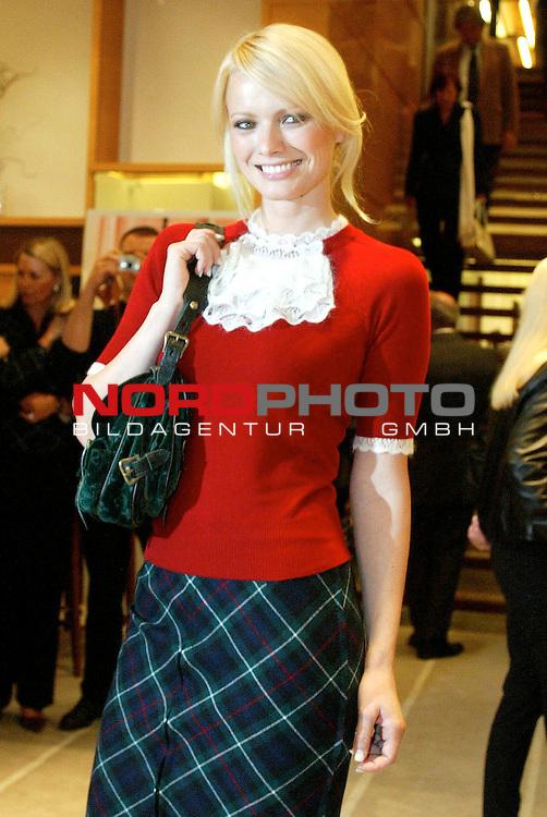 Fashion-Aperitif bei Louis Vuitton zum 150.Geburtstag mit einer Fotostrecke von Madame im Neuen Wall Hamburg<br /> <br /> Modell Franziska Knuppe<br /> <br /> Foto &copy; nordphoto / Anja Heinemann<br /> <br />  *** Local Caption *** Foto ist honorarpflichtig! zzgl. gesetzl. MwSt.<br />  Belegexemplar erforderlich<br /> Adresse: nordphoto<br /> Georg-Reinke-Strasse 1<br /> 49377 Vechta