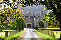 Ireland, County Kerry, near Killarney, Killarney National Park: Muckross Estate, Muckross House, 19th century Neo-Elizabethan stately home | Irland, County Kerry, bei Killarney, Killarney National Park: Muckross Estate, Muckross House, neu-elisabethanisches Herrenhaus aus dem 19. Jahrhundert