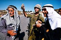 RAMALLAH / ISRAELE.PALESTINESI BLOCCATI PER CONTROLLO DEI DOCUMENTI AD UN CHECKPOINT DELL'ESERCITO ISRAELIANO ALL'ENTRATA DELL'ENTITA' PALESTINESE..LE FORZE DI DIFESA ISRAELIANE IMPEDISCONO LA LIBERTA' DI MOVIMENTO DEI PALESTINESI COSTRINGENDOLI AD ESTENUANTI CONTROLLI CHE RENDONO DIFFICILI LE ATTIVITA' LAVORATIVE, LO STUDIO, I CONTATTI CON I PARENTI E RECARSI ALL'OSPEDALE..FOTO LIVIO SENIGALLIESI...RAMALLAH / ISRAEL.ISRAEL DEFENCE FORCES CHECKPOINT NEAR RAMALLAH. .PHOTO LIVIO SENIGALLIESI.