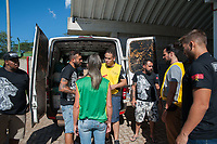 BRUMADINHO,MG, 28.01.2010 - SOLIDARIEDADE-MG- Missionários da ONG Extreme Impact cujo a base é em São Paulo, realizam a entrega de doações de água , alimentos, produtos de higiene pessoal, ração para os animais. A ação aconteceu na tarde desta segunda feira, 28. (Foto: Rogério Gomes/Brazil Photo Press)