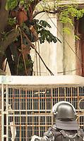 RIO DE JANEIRO, RJ, 17.12.2013 - REINTEGRAÇÃO DE POSSE ALDEIA MARACANÃ - O índio José Urutau que se encontrava em cima da arvore na Aldeia Maracanã em protesto pela reintegração de posse ocorrida nessa segunda acaba de ser resgatado por soldados do corpo de bombeiros, nessa terça 17. (Foto: Levy Ribeiro / Brazil Photo Press)