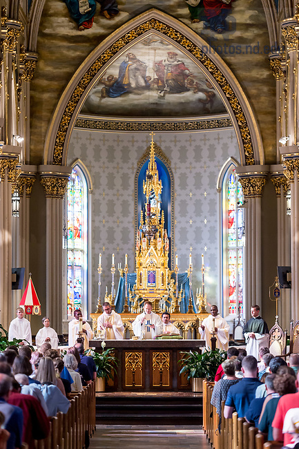 August 15, 2017; Rev. Gregory Haake, C.S.C. celebrates graduate student welcome Mass in the Basilica of the Sacred Heart. (Photo by Matt Cashore/University of Notre Dame)