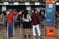 GUARULHOS, SP, 02.04.2015 – MOVIMENTACAO AEROPORTO DE GUARULHOS: Administradora do aeroporto informou que entre os dias 03 e 05 de abril estarão aguardando um aumento de 5% a 8% maior em relação aos dias normais para este feriado de Páscoa, sendo que em dias normais movimenta em méda 108.000 passageiros entre embarque e desembarque, no Aeroporto Internacional Governador Andre Franco Montoro na cidade de Guarulhos na grande São Paulo nesta quinta-feira (02). (Foto: Marcos Moraes / Brazil Photo Press).