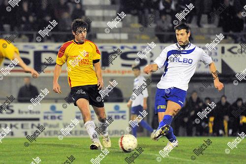 2011-11-12 / voetbal / seizoen 2011-2012 / Oosterzonen - De Kempen / Kevin Mertens (r) (De Kempen) trapt een pass voor dat Sam Belmans (l) (Oosterzonen) kan ingrijpen.