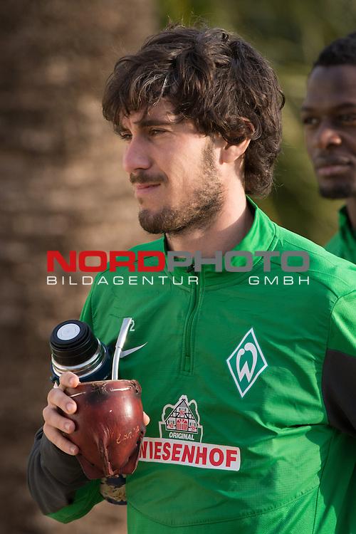 Trainingsgel&auml;nde, Jerez, ESP, 1.FBL, Trainingslager Werder Bremen 2014,  12.01.2014, <br /> <br /> Santiago Garcia (Bremen #2) mit seinem MATE Tee<br /> Hochformat,<br /> Portrait<br /> <br /> Foto &copy; nordphoto/ Kokenge