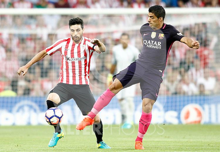 Athletic de Bilbao's Eneko Boveda (l) and FC Barcelona's Luis Suarez during La Liga match. August 28,2016. (ALTERPHOTOS/Acero)