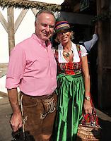FUSSBALL   1. BUNDESLIGA   SAISON 2011/2012    Die Mannschaft des FC Bayern Muenchen besucht das Oktoberfest am 02.10.2011 Vorstandsvorsitzender Karl Heinz Rummenigge mit Frau Martina (FC Bayern Muenchen)