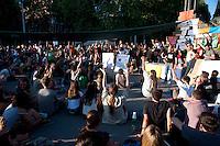 """Roma 29 Maggio 2011.Indignados italiani si riuniscono in assemblea in piazza San Giovanni per chiedere """"democrazia reale ora """". .Alzata di mano per votare le mozioni"""