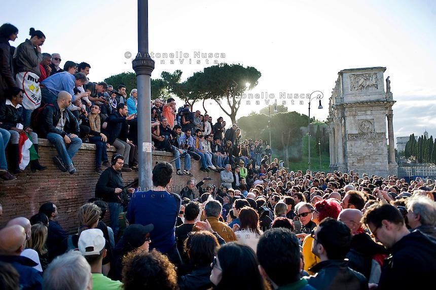 Centinaia di persone si sono radunate davanti il Colosseo per protestare contro la ri-elezione di Giorgio Napolitano come Presidente della Repubblica.