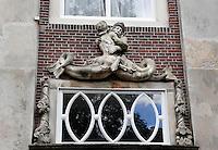 Versiering aan de gevel boven een voordeur in Dordrecht