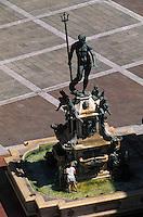 Europe/Italie/Emilie-Romagne/Bologne : Place Maggiore - Fontaine de Neptune vue depuis le Beffroi du palais communal