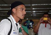 SAO PAULO, SP, 21 FEVEREIRO 2013 -  Guerrero  no desembarque da equipe do Corinthians após partida contra o San Jose da Bolivia valioda pela taca Libertadores da America, no aeroporto de Cumbica , em Guarulhos. nesta quarta feira 21. (FOTO: ALAN MORICI / BRAZIL PHOTO PRESS).