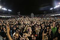 """SAO PAULO, SP, 22.03.2014 - SHOW METALICA - SAO PAULO - Público aguarda o show da turnê """"By Request"""" da banda Metallica, no Estádio do Morumbi, em São Paulo, na tarde deste sábado. A apresentação do grupo heavy metal está marcada para às 21h. (Foto: Vanessa Carvalho / Brazil Photo Press)."""