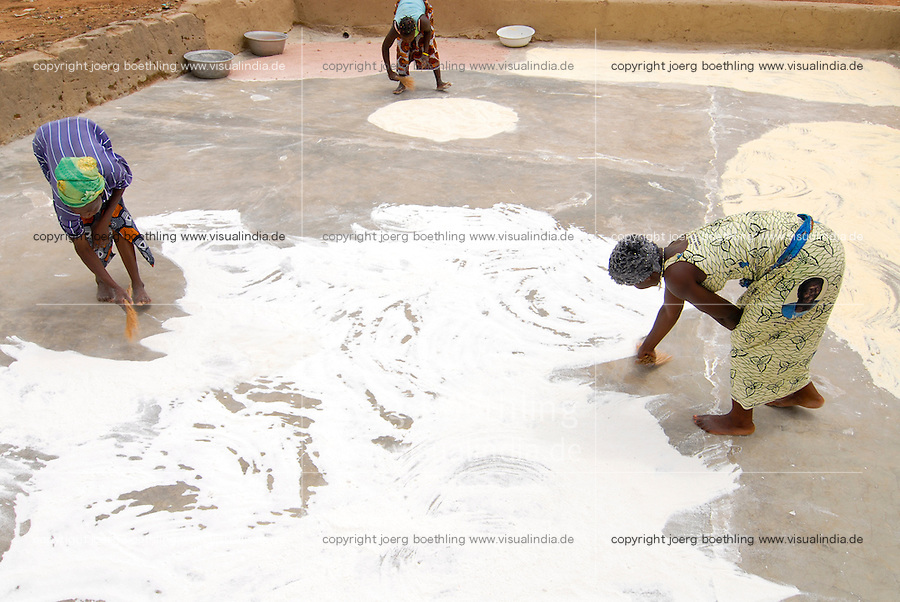 Burkina Faso, Frauen trocknen Mais Mehl nach mahlen / BURKINA FASO, women dry maize flour after milling