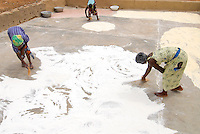 Burkina Faso, Frauen trocknen Mais Mehl nach mahlen / BURKINA FASO, women dry maize flour after milling