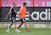 FUSSBALL  1. BUNDESLIGA   SAISON  2012/2013   Trainingsauftakt beim FC Bayern Muenchen 03.07.2012 Fitnesstrainer Thomas Wilhelmi (li) und Claudio Pizarro (re, beide FC Bayern Muenchen)