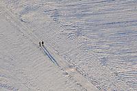 Spazieren  im Schnee: EUROPA, DEUTSCHLAND, NIEDERSACHSEN (EUROPE, GERMANY), 10.01.2009: Spazieren im  Schnee, Spass, , Wetter, Winter, kalt, Kaelte, Bewegung, Eifer, lange Schatten,Gesund, Luft, frisch, Luftbild, Luftansicht, Luftaufnahme .c o p y r i g h t : A U F W I N D - L U F T B I L D E R . de.G e r t r u d - B a e u m e r - S t i e g 1 0 2, .2 1 0 3 5 H a m b u r g , G e r m a n y.P h o n e + 4 9 (0) 1 7 1 - 6 8 6 6 0 6 9 .E m a i l H w e i 1 @ a o l . c o m.w w w . a u f w i n d - l u f t b i l d e r . d e.K o n t o : P o s t b a n k H a m b u r g .B l z : 2 0 0 1 0 0 2 0 .K o n t o : 5 8 3 6 5 7 2 0 9.V e r o e f f e n t l i c h u n g  n u r  m i t  H o n o r a r  n a c h M F M, N a m e n s n e n n u n g  u n d B e l e g e x e m p l a r !.