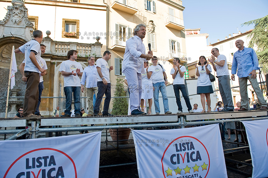Frascati, Roma, 4 Giugno 2009. Beppe Grillo durante uno dei suoi interventi nelle piazze Italiane per presentare la sua lista