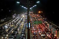 SÃO PAULO, SP, 30.04.2015 – TRÂNSITO-SP: Trânsito na Av. 23 de Maio, próximo ao Parque do Ibirapuera, zona sul de São Paulo na tarde desta quinta-feira, véspera de feriado. (Foto: Levi Bianco/ Brazil Photo Press).