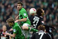 FUSSBALL   1. BUNDESLIGA   SAISON 2012/2013    24. SPIELTAG SV Werder Bremen - FC Augsburg                           02.03.2013 Nils Petersen (li) und Sokratis Papastathopoulos (Mitte, beide SV Werder Bremen) gegen Dong won Ji (re, FC Augsburg)