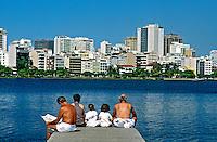 Pessoas descansando na Lagoa Rodrigo de Freitas. Rio de Janeiro. 1999. Foto de Ricardo Azoury.