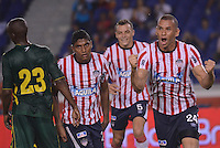 BARRANQUILLA- COLOMBIA - 25-09-2013: Samuel Vanegas (Der.) jugador del Atlético Junior celebra el gol anotado durante el partido en el estadio Metropolitano Roberto Meléndez de la ciudad de Barranquilla, septiembre 25 de 2013. Atletico Junior y Deportes Quindio durante partido por la undécima  fecha de las de la Liga Postobon II. (Foto: VizzorImage / Alfonso Cervantes / Str).  Samuel Vanegas (R) player of Atletico Junior celebrates a goal scored during a math in the Metropolitano Roberto Melendez Stadium in Barranquilla city, September 25, 2013. Atletico Junior and Deportes Quindio in a match for the eleventh round of the Postobon League II. (Photo: VizzorImage / Alfonso Cervantes / Str).
