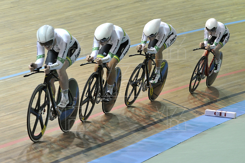 CALI – COLOMBIA – 17-01-2015: Equipo de Australia, gana medalla de oro en la prueba de persecución por Equipos  Damas en el Velodromo Alcides Nieto Patiño, sede de la III Copa Mundo UCI de Pista de Cali 2014-2015. / Ausralia Team, won he medal gold in the Women´s Pursuit Team Race at the Alcides Nieto Patiño Velodrome, home of the III Cali Track World Cup 2014-2015 UCI. Photos: VizzorImage / Luis Ramirez / Staff.