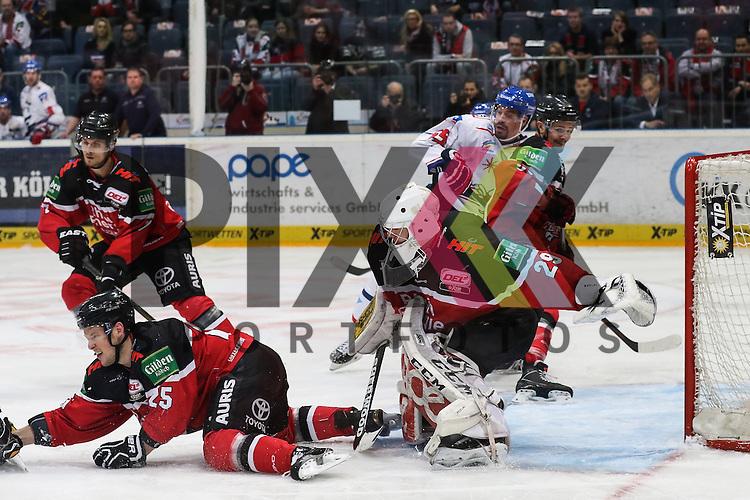 Koelns Gustaf Wesslau (Nr.29) mit Blick auf den Puck und verpasst Mannheims Jochen Hecht (Nr.55) im Zweikampf mit Koelns Moritz Mueller (Nr.91) direkt hinter ihm pariert aber den Schuss, Koelns Patrick Hager (Nr.25) blockt am Boden beim Spiel in der DEL, Koelner Haie (rot) - Adler Mannheim (weiss).<br /> <br /> Foto &copy; PIX-Sportfotos *** Foto ist honorarpflichtig! *** Auf Anfrage in hoeherer Qualitaet/Aufloesung. Belegexemplar erbeten. Veroeffentlichung ausschliesslich fuer journalistisch-publizistische Zwecke. For editorial use only.