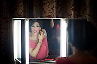 Berlin, Ein Transvestit Model schminkt sich am Freitag (10.05.13) in Berlin während eines Drag-Queen Castings im Friedrichstadt-Palast: Timur Emek/CommonLens