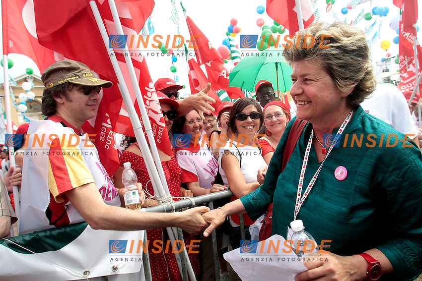 Susanna Camusso stringe la mano ai manifestanti<br /> Roma 22/06/2013 Corteo Manifestazione dei sindacati riuniti CGIL, CISL E UIL.<br /> Photo Samantha Zucchi Insidefoto