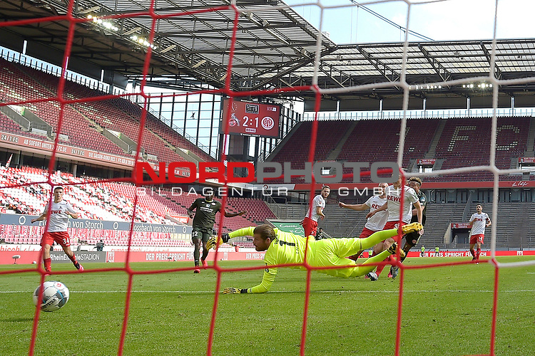 nph00351: Pierre KUNDE (2.v.re 1.FSV Mainz 05) <br /> schiesst das  Tor zum 2-2 gegen <br /> Timo HORN  (Torwart 1.FC Koeln). <br /> Hintertorkamera,Hintertorperspektive.<br /> Sport: Fussball: 1. Bundesliga: Saison 19/20: 26.Spieltag: 1.FC KOELN-FSV MAINZ 05,17.05.2020.<br /> Foto: Anke Waelischmiller/SVEN SIMON/POOL / via Meuter/nordphoto<br /> <br /> Nur für journalistische Zwecke! Only for editorial use!<br /> Gemäß den Vorgaben der DFL Deutsche Fußball Liga ist es untersagt, in dem Stadion und/oder vom Spiel angefertigte Fotoaufnahmen in Form von Sequenzbildern und/oder videoähnlichen Fotostrecken zu verwerten bzw. verwerten zu lassen. DFL regulations prohibit any use of photographs as image sequences and/or quasi-video.