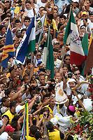 A peqwuena imagem de Nossa Senhora de Nazaré é retirada da berlinda e apresentada a multidão  durante o Círio 14/10/2012Belém, Pará, Brasil.Foto Paulo Santos/Interfoto
