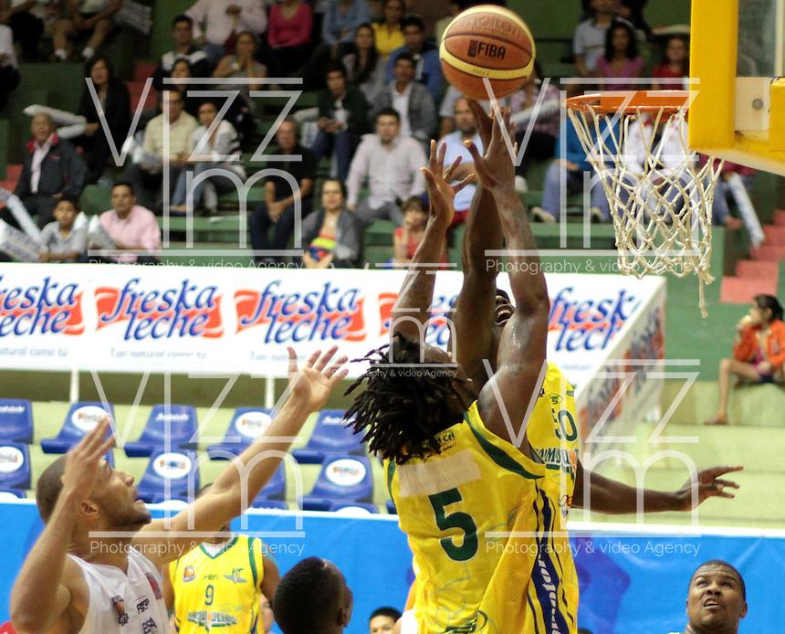 BUCARAMANGA -COLOMBIA, 07-05-2013. Jairo Mendoza (D) y Newsome Reque (C) de Bambuqueros realiza una clavada en contra Hernández Villamil (I) de Búcaros durante partido de la fecha 12 fase II de la  Liga DirecTV de baloncesto Profesional de Colombia realizado en el coliseo Vicente Díaz Romero en Bucaramanga./ Jairo Mendoza (R) y Newsome Reque (C)  of Bambuqueros makes the dunk against Hernandez Villamil (L) of Bucaros during match of the 12th date phase II of  DirecTV professional basketball League in Colombia at Vicente Diaz Romero coliseum in Bucaramanga. Photo:VizzorImage / Jaime Moreno / STR