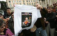 Un sostenitore del leader del Popolo della Liberta' Silvio Berlusconi mostra una maglietta dedicata alla madre Rosa Bossi, recentemente scomparsa durante la presentazione del Camper della Liberta' in Piazza del Popolo, Roma, 12 marzo 2008..A sympathizer of the leader of the People of Freedom's center-right coalition Silvio Berlusconi shows a t-shirt dedicated to Berlusconi's mother Rosa Bossi, who recently passed away, during the presentation of the Camper of Freedom in Rome's Piazza del Popolo, 12 march 2008..UPDATE IMAGES PRESS/Riccardo De Luca