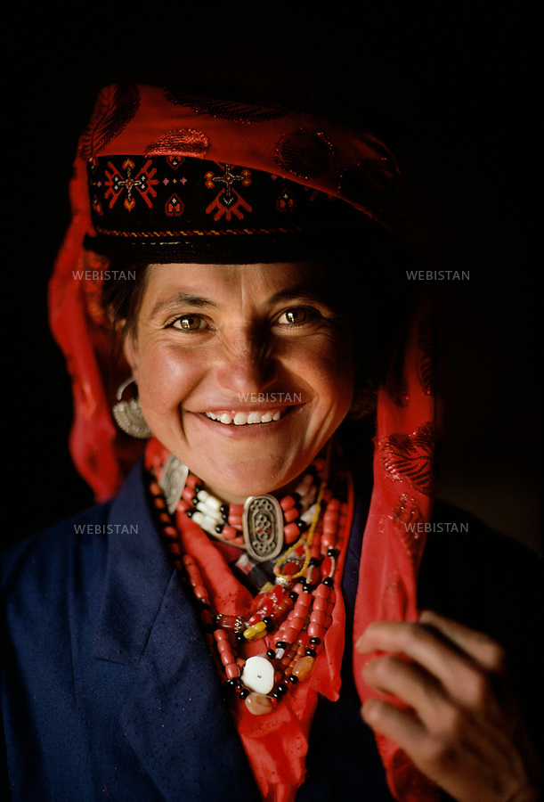 1995. Portrait d'une jeune berg&egrave;re tadjike &agrave; Mazar. / Portrait of a young Tajik shepherdess in Mazar.<br /> HEMIS diffusion