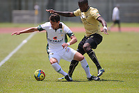 ITAGÜÍ -COLOMBIA-27-04-2013. Cristian Nazarit (d) del Itagüi disputa el balón con Martín Galaín (d) del Equidad durante partido de la fecha 13 Liga Postobón 2013-1./ ) Itagüi player Cristian Nazarit (r) fights for the ball with Martin Galain (l) of Equidad during match of the 13th date of Postobon League 2013-1.  Photo: VizzorImage/Luis Ríos/STR