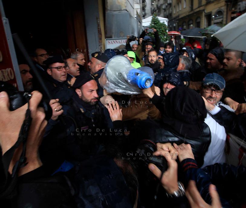 Europee 2019 scontri a Napoli tra forze dell'ordine e disoccupati che contestavano il segretario del PD Nicola Zingaretti durante una manifestazione elettorale