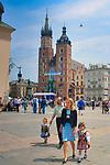 Rodzinny spacer po rynku w Krakowi.