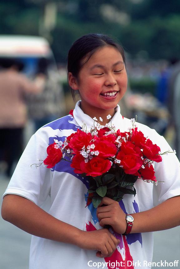 China, Peking, auf dem Tian An Men-Platz, vor dem Denkmal der Volkshelden legen Kinder am Nationalfeiertag Blumen nieder