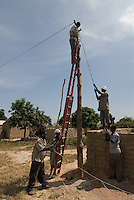 MALI, installation of village power grid in village Sido / Aufbau eines Stromnetz im Dorf Sido - Energie