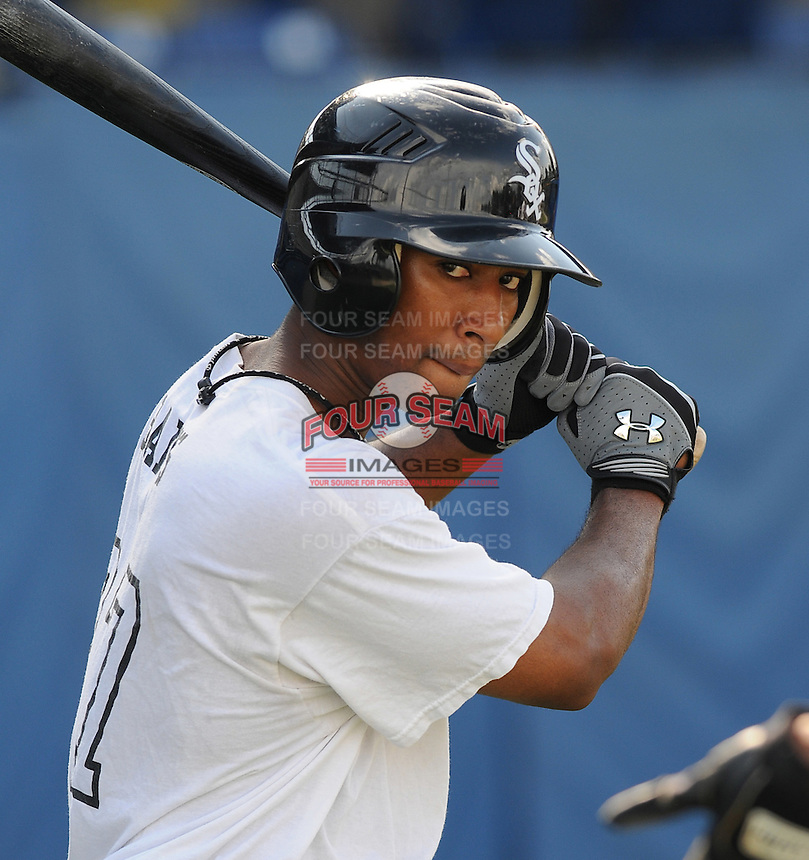 July 22, 2009: Harold Baines Jr. of the Bristol White Sox, rookie Appalachian League affiliate of the Chicago White Sox, prior to a game at Burlington Athletic Stadium in Burlington, N.C. Photo by: Tom Priddy/Four Seam Images