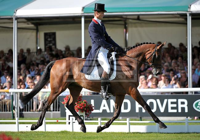 William Fox-Pitt {GBR] on Macchiato.Burghley Horse Trials - Day Three.04/09/2010. Picture by Stephen Bartholomew  - Copyright:  IPS Photo Agency: 21 Delisle Road  London SE28 0JD .