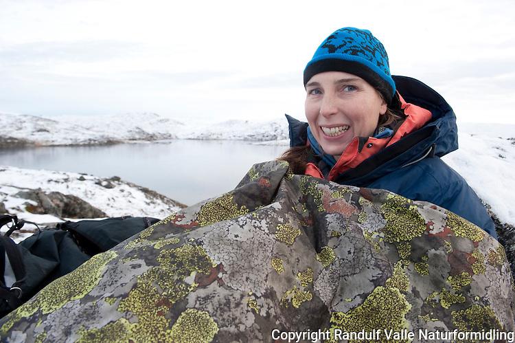 Jente slapper av i fjellduk. ---- Girl relaxing in bivy bag.