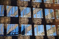 Hamburger Buerofassade: EUROPA, DEUTSCHLAND, HAMBURG, (EUROPE, GERMANY), 19.10.2012: Hamburger Buerofassade, Fensterspiegeln sich in Fenster