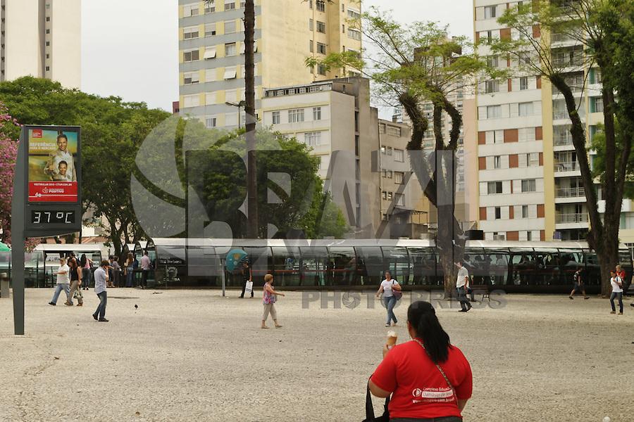 ATENCAO EDITOR FOTO EMBARGADA PARA VEICULO INTERNACIONAL<br /> CURITIBA, PR, 30 DE OUTUBRO DE 2012 – CLIMATEMPO – Por volta das 16h de terça-feira (30), o termômetro instalado na Praça Rui Barbosa, centro de Curitiba, registava a temperatura de 37º. De acordo com o Sistema Meteorológico do Paraná (Simepar) uma frente fria em desenvolvimento sobre o Sul do Brasil aumenta a instabilidade atmosférica sobre a região, com possibilidade pancadas de chuva com descargas atmosféricas. (FOTO: ROBERTO DZIURA JR./BRAZIL PHOTOS PRESS)