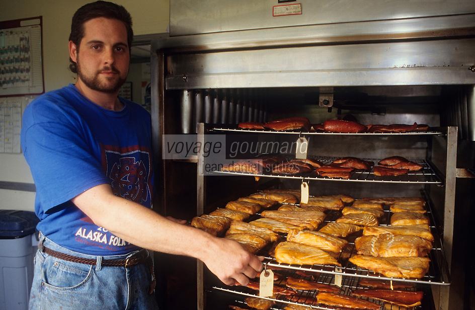 USA/Etats-Unis/Alaska/Gustavus : Fumerie de saumon artisanale - Ouvrier montrant les différents types de saumon après fumage