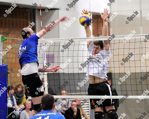 2012-11-04 / Volleybal / seizoen 2012-2013 / Herenthout - Kapellen / Relecom met de smash. Perremans (Herenthout) parreert...Foto: Mpics.be