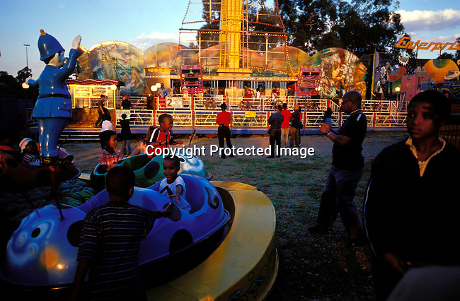 digajhb00189 .Gauteng. Black middle-class families enjoying themselves at the yearly Rand show on April 30, 2003 in Johannesburg, South Africa. More and more black familys make more money and have enough to spend on entertainment, holidays etc. .©Per-Anders Pettersson/ iAfrika Photos