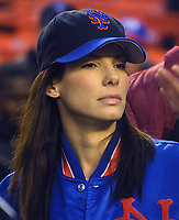 K25009JBB: HUGH GRANT AND  SANDRA BULLOCK FILMING &quot;TWO WEEKS NOTICE&quot; DURING  A BASEBALL GAME BETWEEN THE NEW YORK METS AND SAN FRANCISCO GIANTS AT SHEA STADIUM IN NEW YORK 05/09/02<br /> PHOTO BY  John Barrett/ PHOTOlink.net/ MediaPunch &copy; 2002<br /> SANDRA BULLOCK