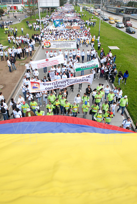"BOGOTA-COLOMBIA: 09-04-2013: Miles de Colombianos encabezados por el Presidente Juan Manuel Santos, marcharon por la Paz en las calles de Bogotá, abril 9 de 2013. El presidente Santos desmintió que las Fuerzas Armadas Revolucionarias de Colombia (FARC), estén infiltradas presionando a los campesinos para marchar, ""Yo no veo guerrillas alrededor mío"", agrego el mandatario. La jornada comenzó pasadas las ocho de la mañana en el monumento de los Caídos, en el occidente de Bogotá y se dirigió a la Plaza de Bolivar en el centro de la capital colombiana. (Fotos: VizzorImage / Luis Ramírez / Staff.) Thousands of Colombians headed by President Juan Manuel Santos, marched for peace on the streets of Bogota,, April 9, 2013. President Santos denied that the Revolutionary Armed Forces of Colombia (FARC) are infiltrated pressuring farmers to march, ""I do not see guerrillas around me,"" Santos said. The marches began just after eight o'clock in the Memorial Monument in western Bogota and went to the Plaza de Bolivar in downtown Bogota. (Photos: VizzorImage / Luis Ramirez / Staff.)......"